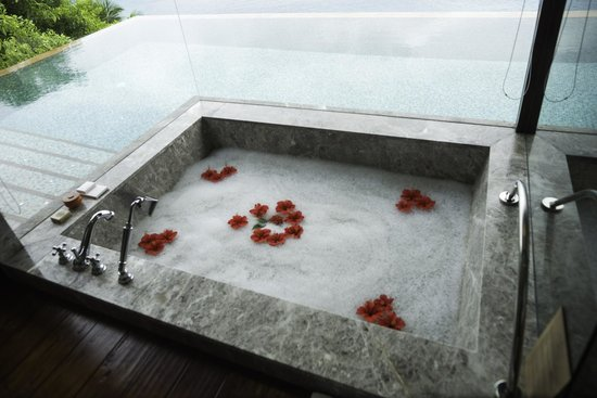 Four Seasons Resort Seychelles: Bathtub