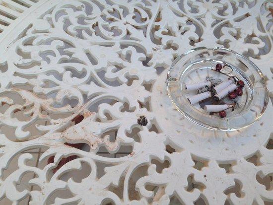 Herods Palace Hotel Eilat: Это стол на балконе после утренней уборки