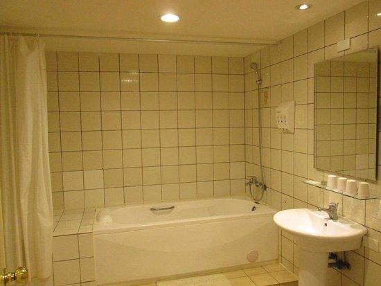 i-Deal Hotel: 超簡樸的浴廁