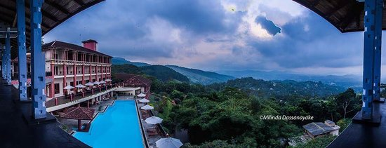 Amaya Hills: Panoramic view of the hotel and the mountain range