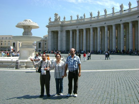 Petersplatz (Piazza San Pietro): Right in the middle of the Piaza.
