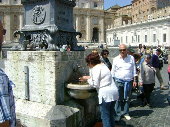 Petersplatz (Piazza San Pietro): One of the many potable water fountains of the city.