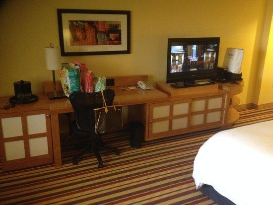 Renaissance Palm Springs Hotel: tv/desk