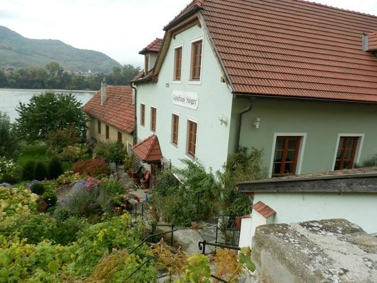 Wachau Valley : Здание гостиницы на берегу Дуная