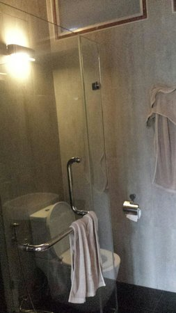 Montalay Beach Resort: Modern bathroom with amazing shower!