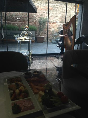 Boutique Saint Sophia Hotel: View at Breakfast into Courtyard
