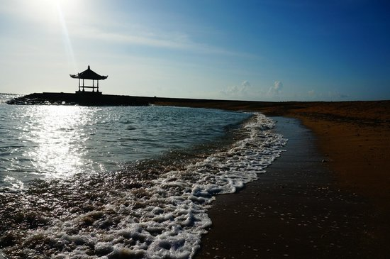Grand Whiz Hotel Nusa Dua : The beach, It's belongs to Club Med or Grand Whiz?