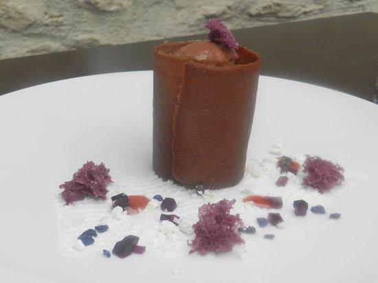 Maison Drouot : Crémeux chocolat noir, cerises éclatées au kirsch, amande amère et violette.