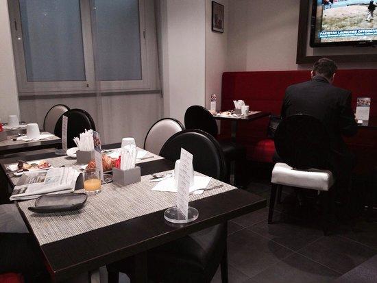 Hôtel Mercure Paris Tour Eiffel Pont Mirabeau : Serata in the breakfast room