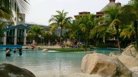 Hard Rock Hotel Singapore: pool & beach