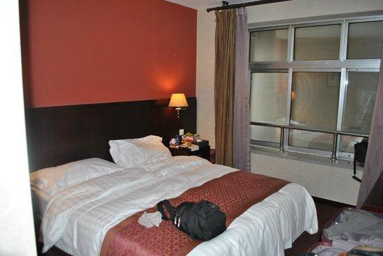 Rainbow Hotel: Chambre avec vue sur un mur....