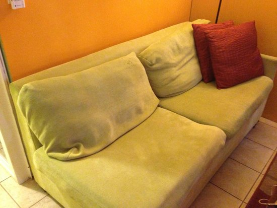 Castle Waikiki Grand Hotel: This couch is really old.