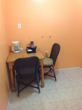 9 Palms Inn: kitchenette