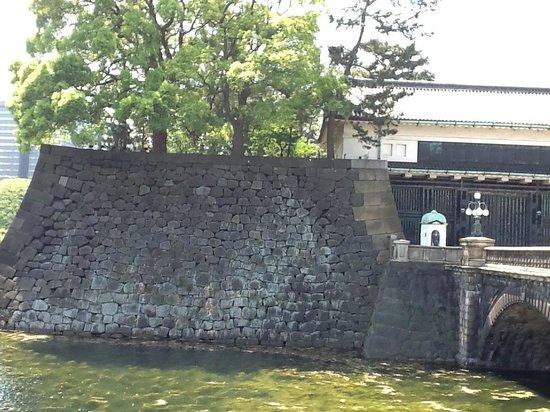 Imperial Palace : Muro do lado esquerdo do portão principal
