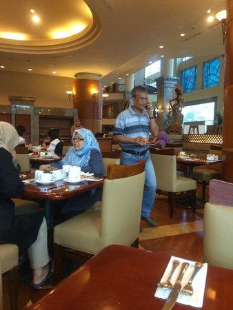 Millennium Hotel Sirih Jakarta : Pengunjung sangat menikmati menu sarapan di sini