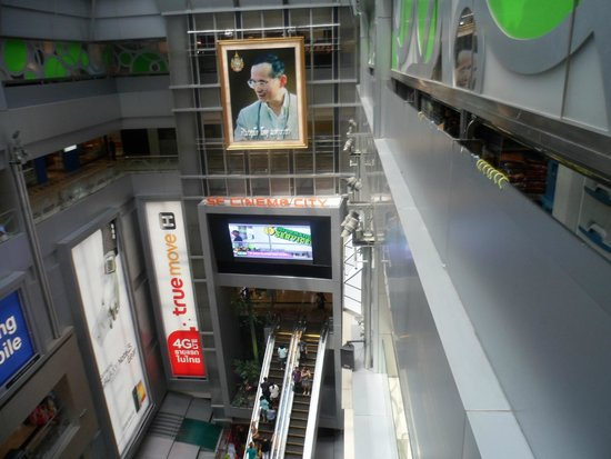 Pathumwan Princess Hotel: MBK shopping center is on the ground floor of this hotel