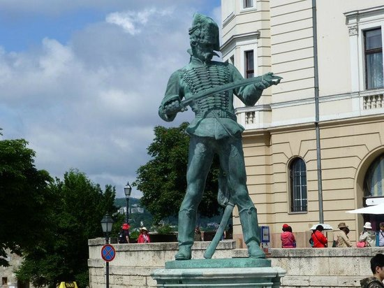 Château de Buda, Palais Royal : Statue at entry of Buda Castle
