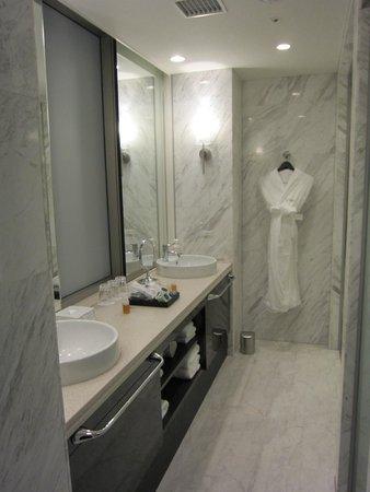Solaria nishitetsu hotel Ginza: huge bathroom
