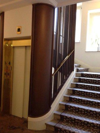 Grand Hotel Bohemia : холл (два лифта)