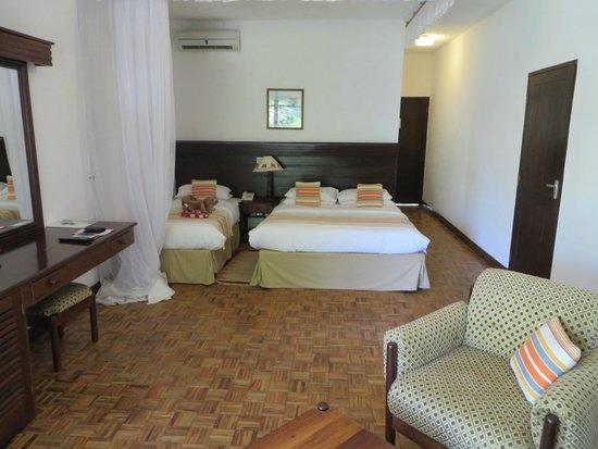 Travellers Beach Hotel & Club: Bett mit Moskito Netz