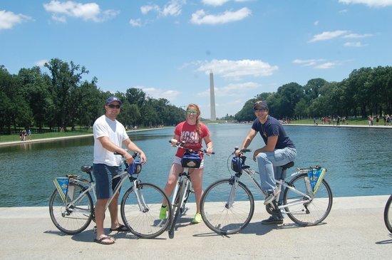 Bike and Roll DC: Happy family in front of the monument.