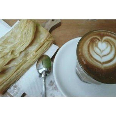 Giyanti Coffee Roastery: Flat White and Apple Pie