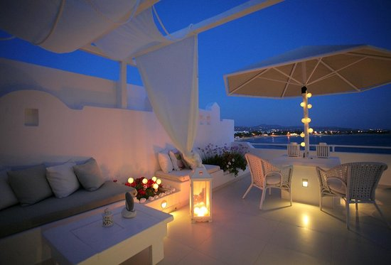 Boutique Hotel Glaros: Outdoor lounge by night