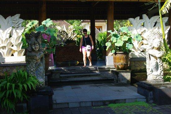 Sri Ratih Cottages : Reception entrance