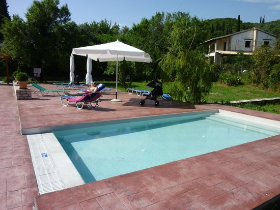 Frosini Gardens: relaxing next to the baby pool