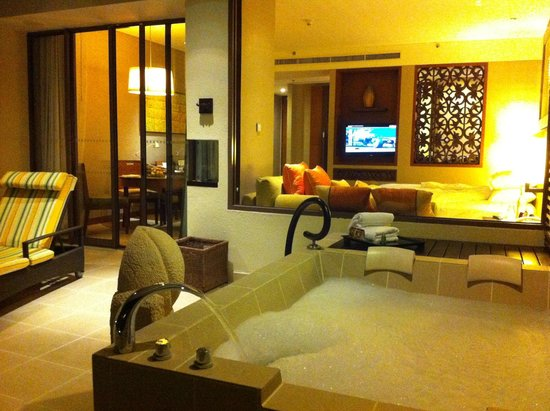 Shangri-La's Rasa Ria Resort & Spa : Jacuzzi in the balcony