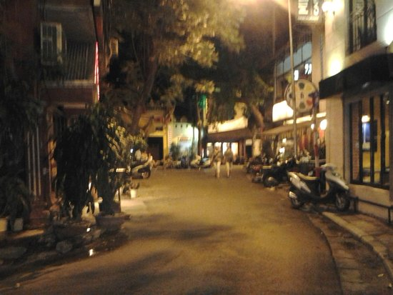 Artisan Lakeview Hotel: night click of the street on which the hotel is located