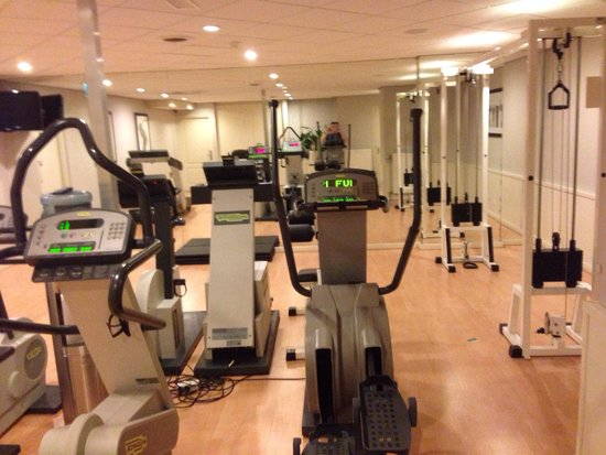 Van der Valk Theaterhotel de Oranjerie: Fitness center. No free weights. Cable machine only D handles. Small