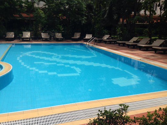 Angkor Riviera Hotel: Swimming pool- chairs are dirty