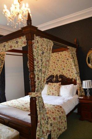 Glendon Guest House: Poster bedroom