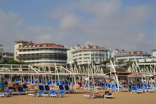 Alba Queen Hotel: View from beach to hotel