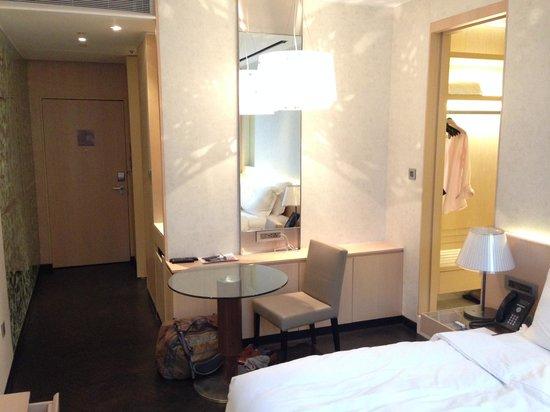 Naumi Hotel: Bath, good size but poor lighting