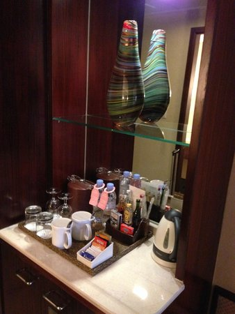 Holiday Inn Shenzhen Donghua : Pantry, mineral water here is chargable, the ones in bathroom is free. be careful.