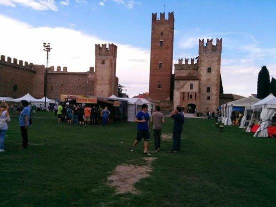 Castello scaligero di Villafranca: Fiera durante il giorno
