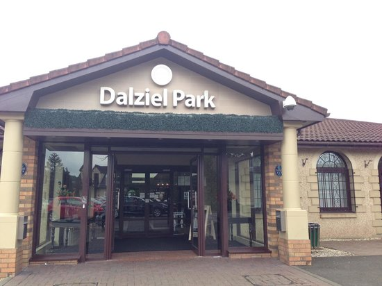 Dalziel Park Hotel & Golf Club : Entrance to country club