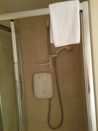 New Steine Hotel: Shower room.