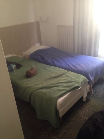 Hotel D'angleterre Etoile : This is how small this over priced room was, we payed 250 euros for two nights. I had to jump ov