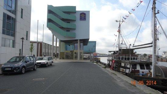 Best Western Plus Hotel Bremerhaven: Blick auf den Eingangsbereich vom Hotel
