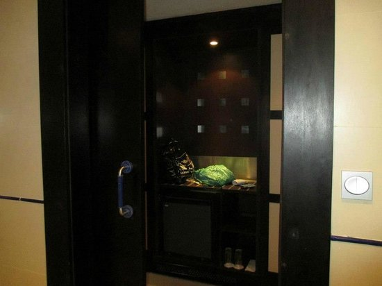 IBEROSTAR Parque Central: Hall way with minibar and safe