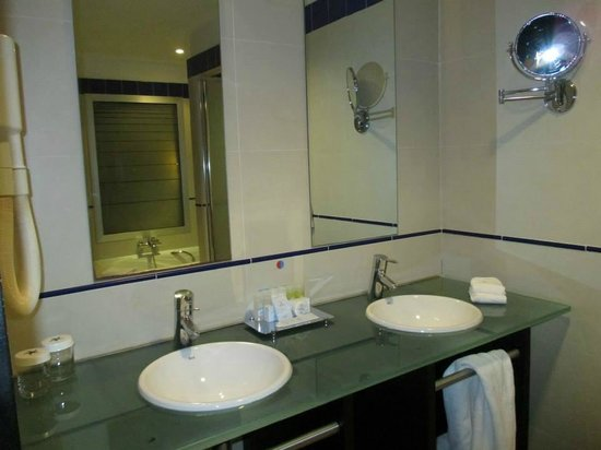 IBEROSTAR Parque Central: double sinks in bathroom
