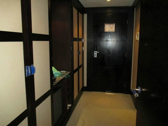 IBEROSTAR Parque Central: hallway between room and bathroom keeps noise out