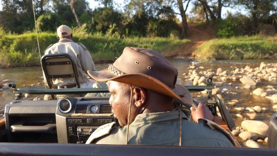 Kuname Lodge: Our guide/ranger Morris and tracker Mosco