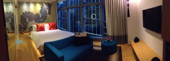 Hotel Indigo Hong Kong Island: I recommend to keep the curtains closed :)