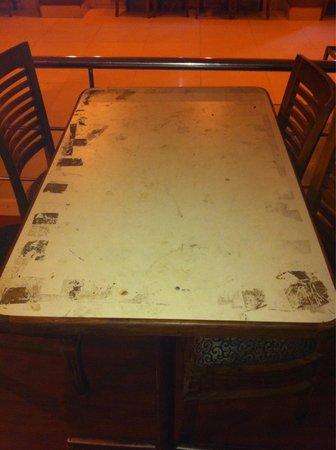 Hotel Ok International: Bajo el mantel. Aún peor! Under the table cloth even worse!