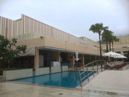 Millennium Resort Patong Phuket: Gym and pool