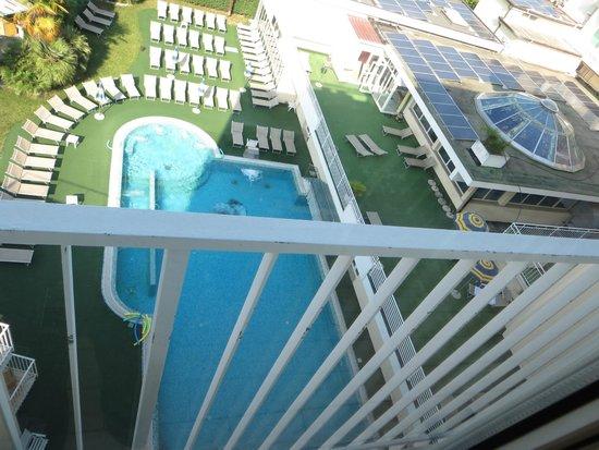 Palace Hotel Meggiorato : Vista dall'altro della piscina e del giardino